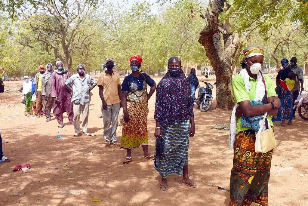 Distribution de nourriture par le PAM à Kaya, au Burkina Faso. Ce pays du Sahel est confronté à l'insécurité, à la faim et au changement climatique.