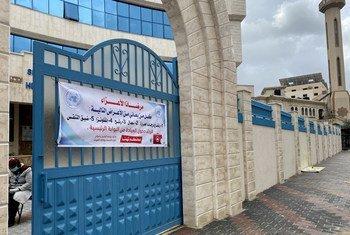 مراكز الرعاية الأولية التابعة لوكالة غوث وتشغيل اللاجئين الفلسطينيين تتأخذ إجراءات إضافية للحد من انتشار فايروس كورونا في قطاع غزة.