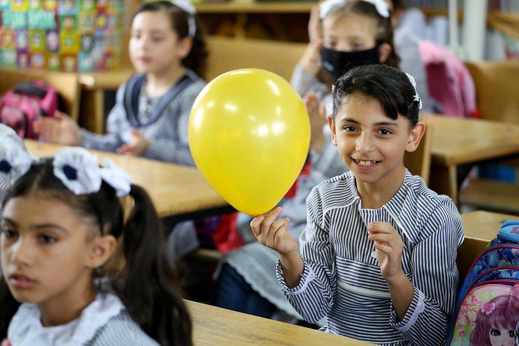 近东救济工程处科拉小学的巴勒斯坦难民学生很高兴能在停课5个月后重返学校。