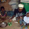 في كايا، بوركينا فاسو، السيدة مريم ساوادوغو (27 عاما) تعد الطعام لأسرتها قدمه لها برنامج الأغذية العالمي.