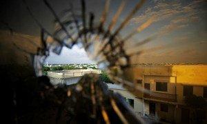 透过索马里一家酒店窗户上的弹孔,可以看到摩加迪沙北郊的天际线。