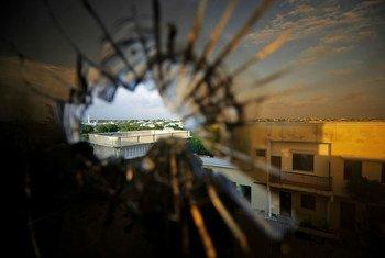 Вид на столицу Сомали Могадишо после теракта из отеля, разрушенного взрывом.