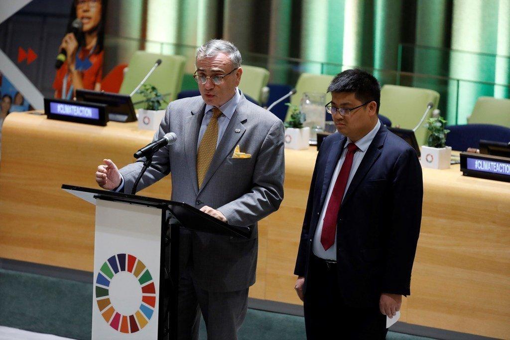 联合国秘书长南南合作特使切迪克与深圳青年联合会代表陈代兴在2019年青年气候变化峰会上宣布YES计划。