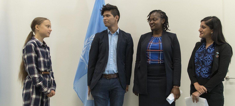 Greta Thunberg junto a otros tres activistas contra el cambio climático en la sede de la ONU en Nueva York.