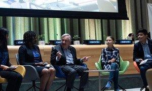 联合国秘书长安东尼奥·古特雷斯(中)和青年气候活动家格蕾塔•桑伯格 (右二)在联合国青年气候峰会开幕式上。