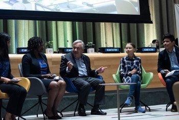 संयुक्त राष्ट्र महासचिव एंतोनियो गुटेरेश (मध्य) और युवा जलवायु कार्यकर्ता ग्रेटा थनबर्ग (दाईं ओर से दूसरी), यूएन युवा जलवायु सम्मेलन के दौरान. (21 सितंबर 2019)