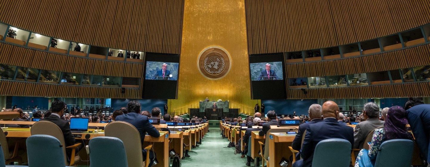 यूएन महासचिव एंतोनियो गुटेरेश, संयुक्त राष्ट्र महासभा के 76वें उच्चस्तरीय सत्र के दौरान प्रतिनिधियों को सम्बोधित कर रहे हैं.