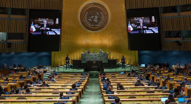 El Presidente de Chile, Sebastián Piñera Echenique (en las pantallas), interviene en el debate general del 76º período de sesiones de la Asamblea General de la ONU.
