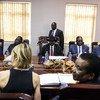 أعضاء مجلس الأمن الدولي (في مقدمة الصورة) يلتقون برئيس جنوب السودان سلفا كير (في الوسط) في جوبا.