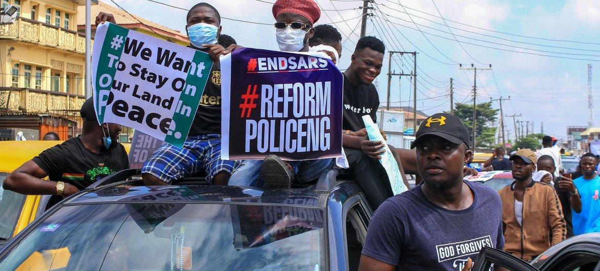 नाइजीरिया में लूटपाट-निरोधक पुलिस यूनिट के विरोध में प्रदर्शन कर रहे लोग. इस यूनिट को अब भन्ग कर दिया गया है.