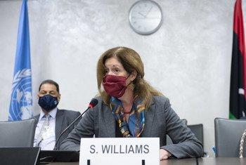 संयुक्त राष्ट्र महासचिव की कार्यकारी विशेष प्रतिनिधि स्टेफ़नी विलियम्स जिनीवा में मध्यस्थता प्रयासों के दौरान बैठक में शिरकत करते हुए.