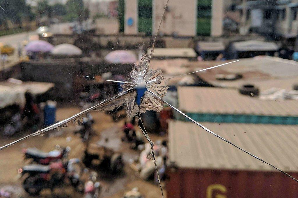 Une rue de Lagos au Nigéria, vue à travers une vitre brisée.