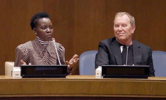 """A atriz vencedora do Oscar Lupita Nyong'o junto com o estilista e o embaixador da Boa Vontade da ONU Michael Kors falam sobre campanha """"Watch Hunger Stop"""" em evento na sede da ONU em Nova York."""