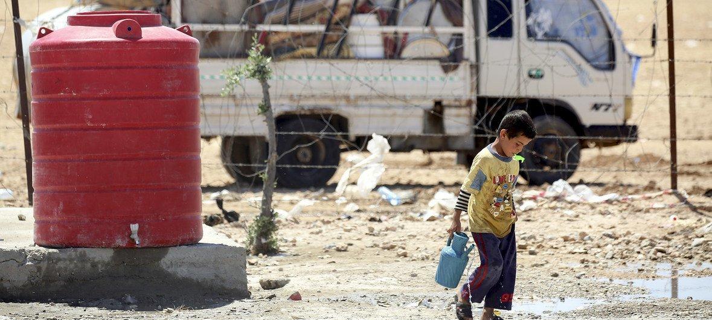 Niño alojado en el campamento para desplazados de Ain Issa, 50 kilómetros al norte de Raqqa,en Siria, donde viven más de 6.000 personas.