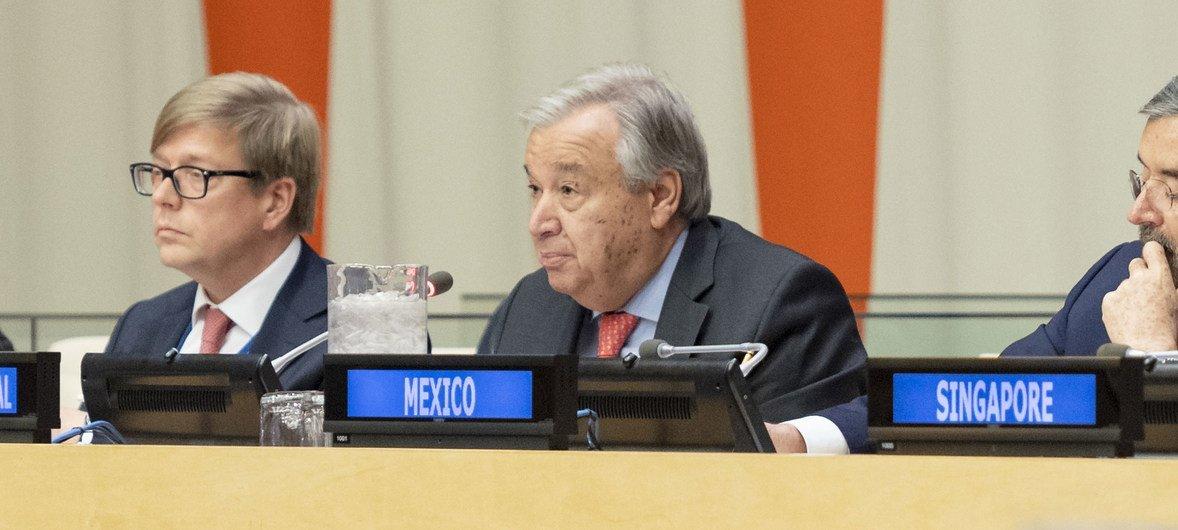 यूएन महासचिव एंतोनियो गुटेरेश डिजिटल तकनीक पर ग्रुप ऑफ फ्रेंड्स की पहली बैठक में टिप्पणी करते हुए. (21 नवंबर 2019)।, यूएन फोटो/रिक बजोर्नस द्वारा