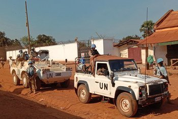 جنود حفظ سلام تابعون للأمم المتحدة  يقومون بدوريات في بلدة كاغا باندورو في جمهورية أفريقيا الوسطى.