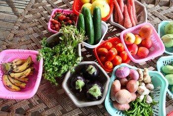 पाकिस्तान के मुज़फ़्फ़रगढ़ के एक गाँव में, पकाने के लिये तैयार ताज़ा फल व सब्ज़ियाँ.