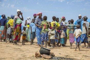 Watu waliofurushwa nchini Burkina Faso wakiwa kambini mjini Pissila kasakazini mashariki mwa nchi hiyo.