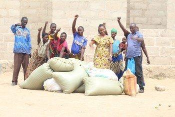 Baadhi ya wanajamii waliosaidiwa na shirika la Amani Girls Home kupambana na umaskini mkoani Mwanza, Tanzania.