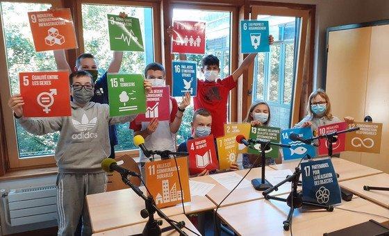 Des jeunes de l'équipe d'Eco Radio, la Radio 100% développement durable du Collège Vincent Van Gogh de Blénod-lès-Pont-à-Mousson près de Nancy en France