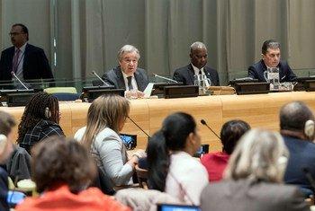 秘书长古特雷斯(左)向联合国大会通报了他在2020年的优先事项和联合国组织的工作。