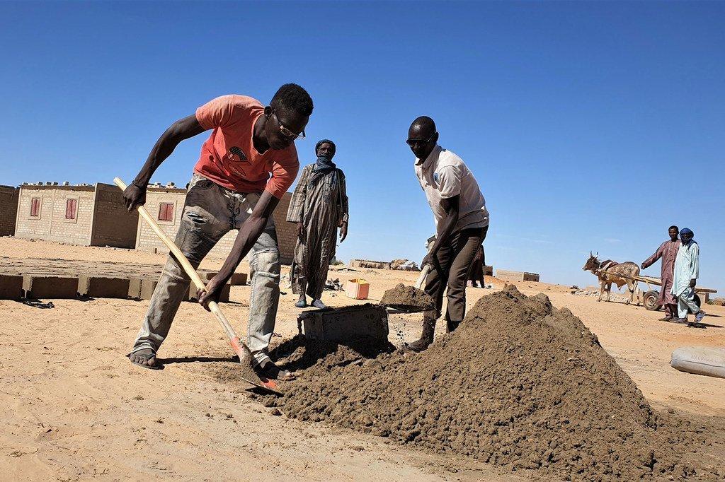UNHCR imeanzisha programu ya malipo ambayo inawaajiri vijana kutoka katika jamii za wenyeji katika eneo la Awaradi, Niger ili kutengeneza matofali