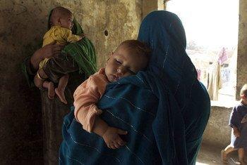 Mulheres e crianças deslocadas na província de Saripul, no norte do Afeganistão.