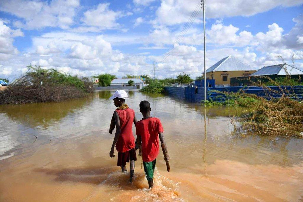 De jeunes garçons traversent une section d'une zone résidentielle inondée à Belet Weyne, en Somalie (archives).