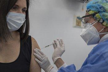 El miércoles 17 de febrero, con el inicio de la vacunación contra la COVID-19 en Colombia, se abrió un camino de esperanza para prevenir la enfermedad, salvar vidas y avanzar en la activación económica segura.