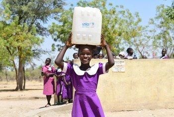Une fillette transporte de l'eau à son école à Mora, dans le nord du Cameroun.