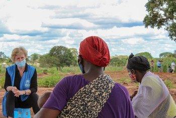 Representante do Acnur, Gillian Triggs, conversa com pessoas deslocadas em Cabo Delgado, no norte de Moçambique
