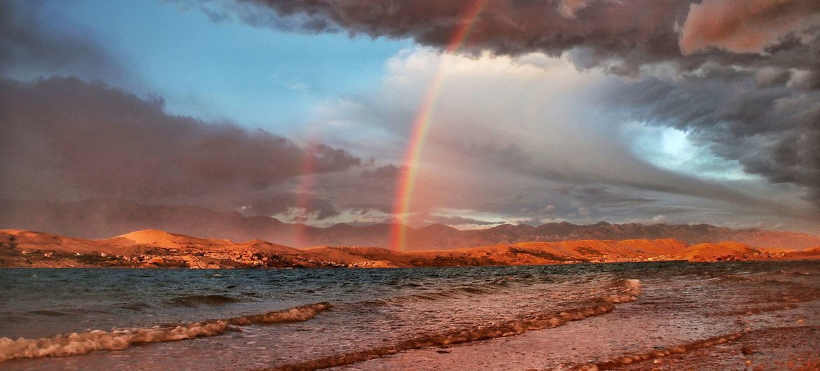 克罗地亚帕岛海岸的彩虹。