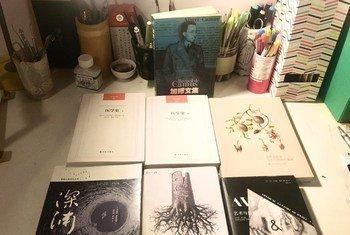 Libros que un residente de la ciudad china de Wuhan leyó durante mientras permanecía en su casa para frenar la propagación del coronavirus COVID-19.