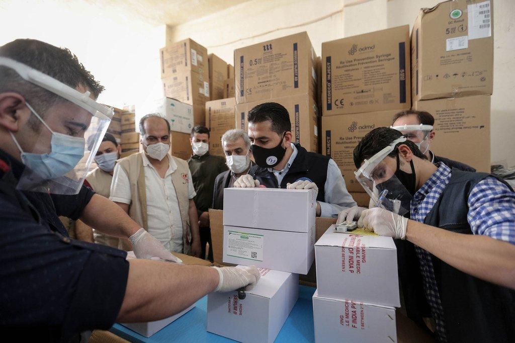Abren cajas con la primera entrega de vacunas de COVAX contra el COVID-19 en Siria