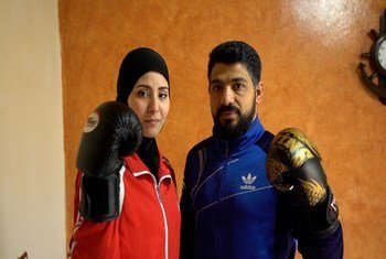 اللاجئة السورية آلاء وزوجها أمين يتدربان على رياضة الملاكمة.