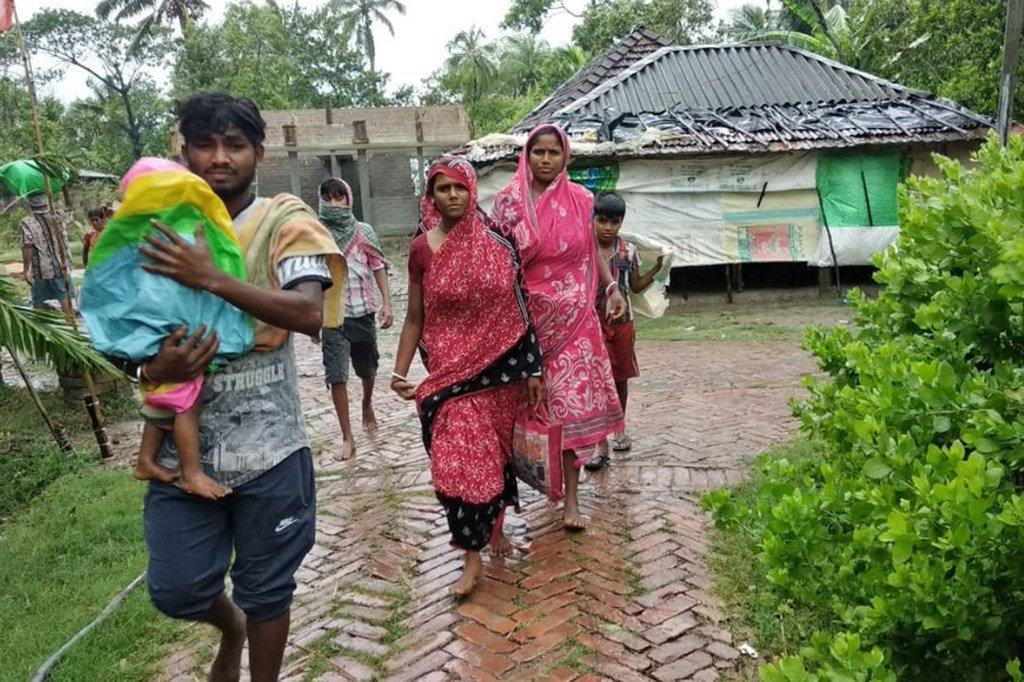 """热带气旋""""安攀""""袭击印度对西孟加拉邦。"""
