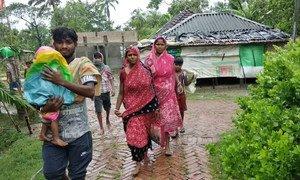 إعصار أمفان يضرب غرب البنغال، الهند.