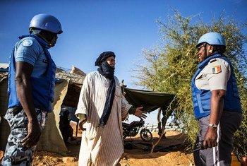 联合国马里稳定团来自乍得的警察在梅纳卡地区(Menaka)巡逻时与当地居民接触并请他们放心。当地居民由于恐怖分子和其他武装团体的袭击而感到越来越不安全。 。
