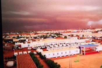 С приближением песчаной бури небо окрашивается в оттенки красного.
