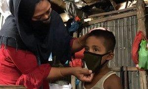 O  PMA está engajou mulheres na comunidade anfitriã e refugiados Rohingya por meio de seu programa de meios de subsistência para fazer máscaras que serão distribuídas pelo governo local e agências.