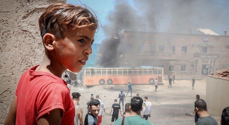 طفل فلسطيني يقف قبالة ميناء غزة الذي تضرر خلال التصعيد الأخيرز