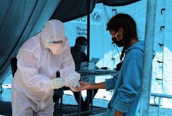 Funcionário de saúde faz teste de Covid-19 em uma clínica do distrito de Saptari, no Nepal.