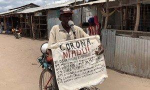 Djuba Alois, um refugiado de 75 anos da República Democrática do Congo, educa seus companheiros no campo de refugiados de Kakuma, no Quênia, usando suas habilidades para saber como prevenir a Covid-19.