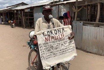 Mkimbizi Djuba Dionis kutoka DRC akitumia stadi zake za uhubiri kuelimisha wenzake kambini Kakuma nchini Kenya kuhusu jinsi ya kujikinga na COVID-19.