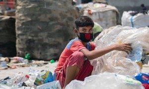 Un niño de 12 años en Dhaka, la capital de Bangladesh, clasifica desechos plásticos peligrosos durante la pandemia.