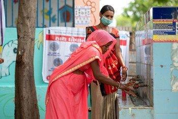 تعليم سيّدة من الهند كيفية غسل اليدين خلال جائحة كوفيد-19.