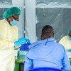 Un agent de santé dans l'est de la République démocratique du Congo inocule un vaccin contre la Covid-19 à un homme.