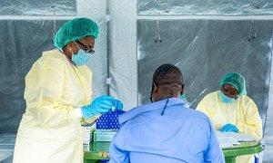 Вакцины защищают от тяжелых форм заболевания COVID-19 и госпитализации, связанной с болезнью.