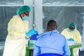 Un homme reçoit un vaccin contre la Covid-19 dans l'est de la République démocratique du Congo.