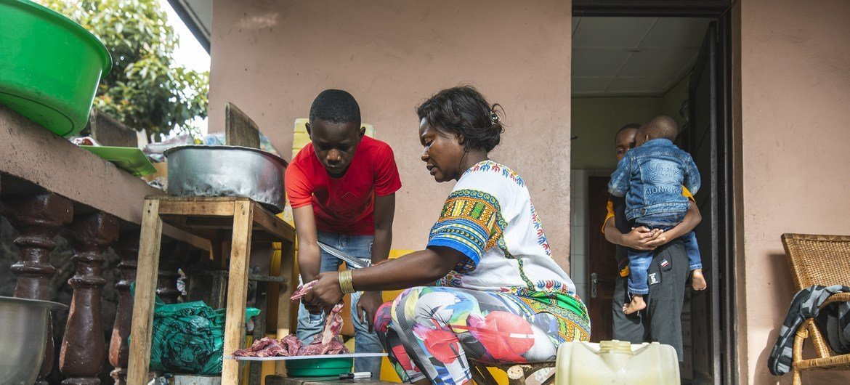 Família prepara jantar em Goma, na República Democrática do Congo
